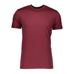 aevor-base-tee-t-shirt-rot-f50077-avr-tsm-001-lifestyle_front.png